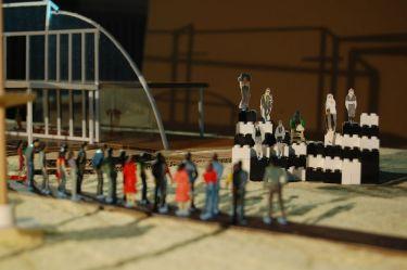 Leontes spielt mit Polixenes auf seinem großen dreidimensionalen LEGO-Schachbrett. Dieses Schachspiel reflektiert die Machtsituation der Charaktere. Leontes glaubt am Ende des Spiels, dass er durch eine Intrige von Hermione verloren hat. Dies ist der Startpunkt von Leontes Eifersucht und Konkurrenz zu Polixenes.
