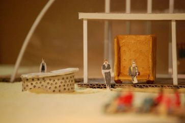Leontes sitzt auf seinem riesigen goldenen Thron und beobachtet Hermione und Polixenes.