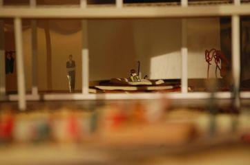 Auf der riesigen Projektionsfläche in seiner Villa sieht Leontes seine eigene Illusion, in der Hermione das Kind von Polixenes erwartet.