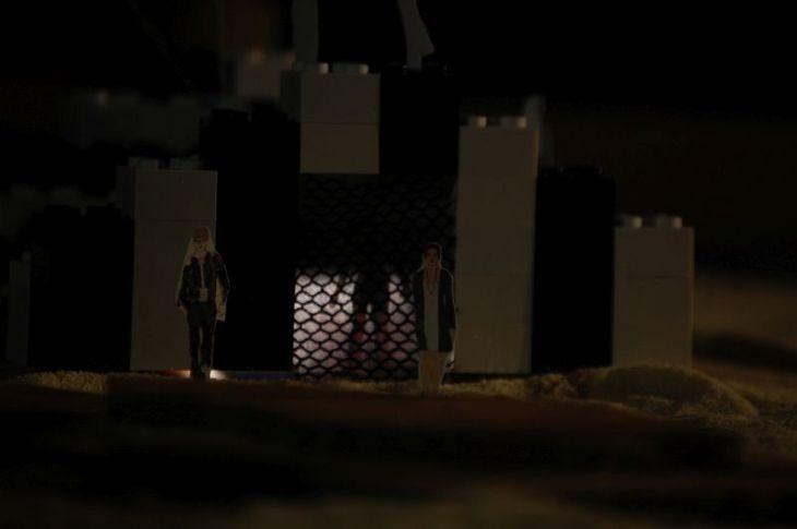 Hermione ist auf Befehl des Leontes im Gefängnis, in dem auch ihre Tochter geboren ist. Paulina besucht sie und nimmt das Kind mit, um es Leontes zu zeigen.