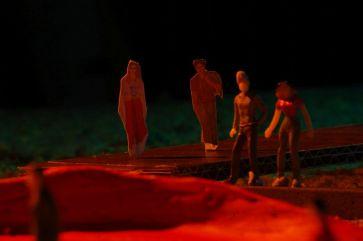 Die Szene findet auf dem Steg statt, der von Polixenes Palast zur Schäferhütte führt.