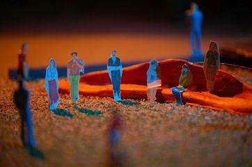 In der Szene treten viele Festfiguren, wie Musiker, Akrobaten, Getränkeverkäufer, Stelzenläufer usw. auf.