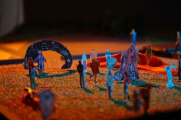 Die Festfiguren (Statisten) interagieren sowohl mit den Schauspielern als auch mit den Zuschauern.