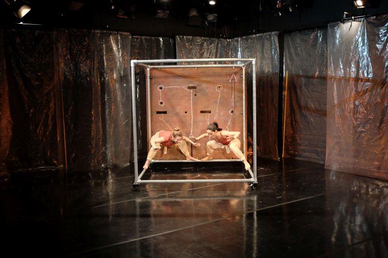 Bühnenbild des Theaterstückes Die Kunst vom Fallen und Fliegen
